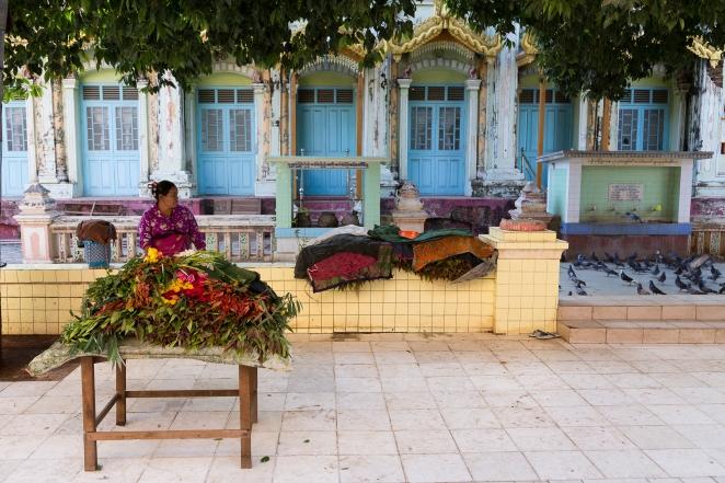 Marchande fleurs au temple